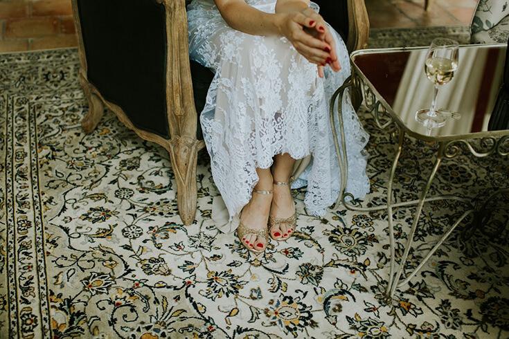 Les pieds d'une mariée en train de se préparer.