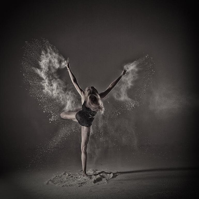 Photo artistique en studio d'une danseuse.