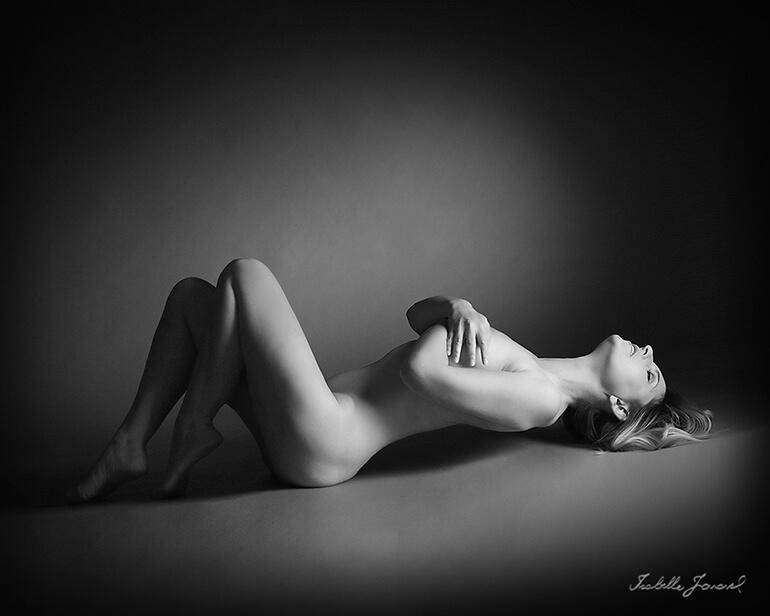 Portrait intimsite en noir et blanc d'une femme nue.
