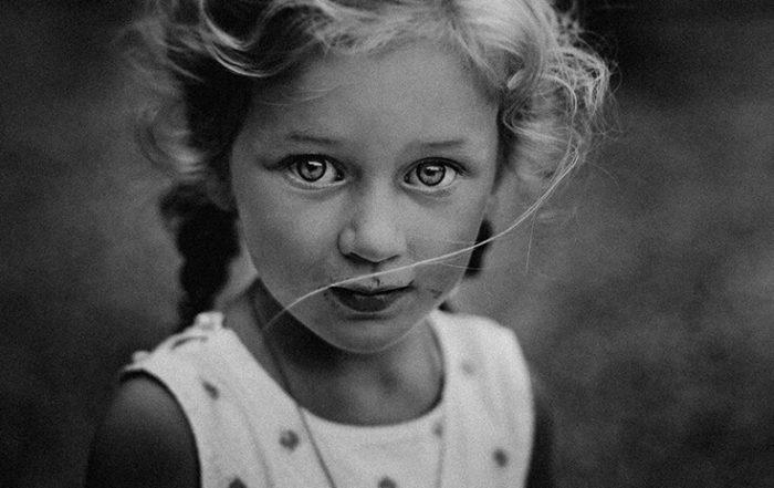Photographie noir et blanc : portrait d'une jeune file.