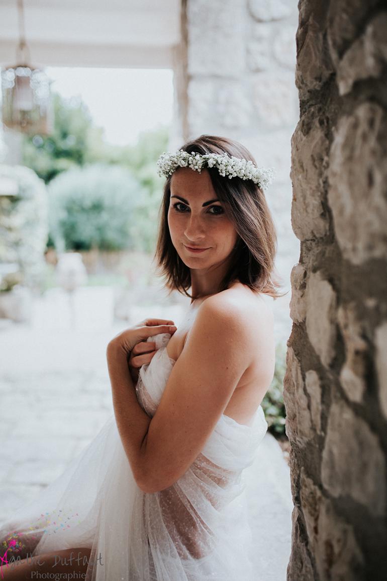 Portrait photo d'une jolie jeune femme vêtue de blanc