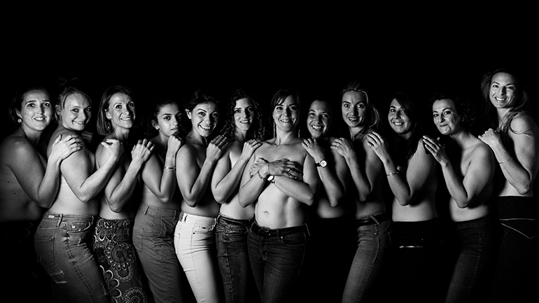 De nombreuses femmes posent pour Octobre Rose : une séance photo en échange d'un don !