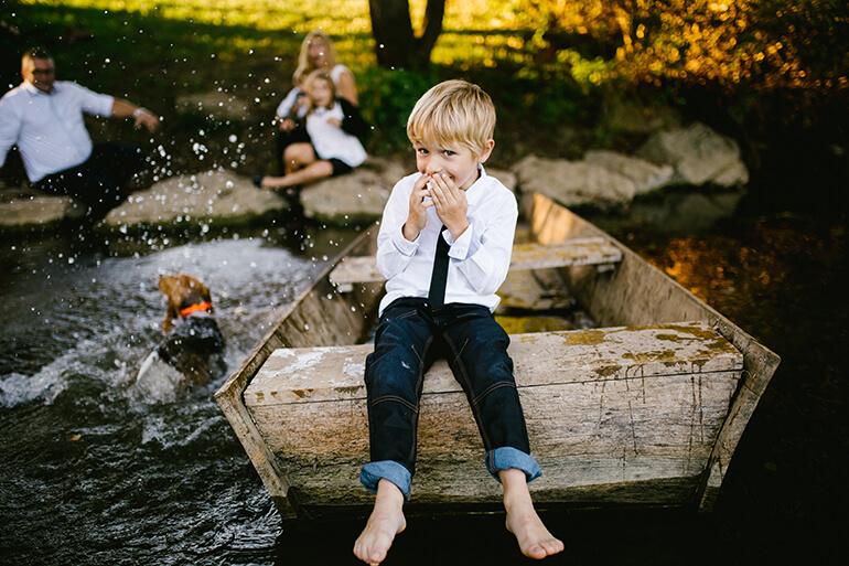 Portrait de famille avec un enfant qui rigole en premier plan