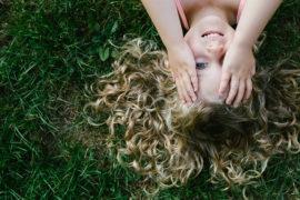 Photographe de famille : ici un portrait d'enfant souriant et heureux !