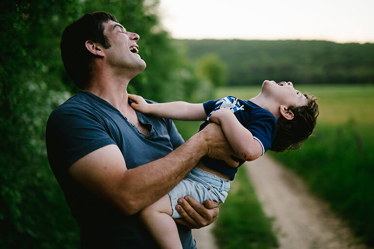 Un papa et son enfant s'amusant