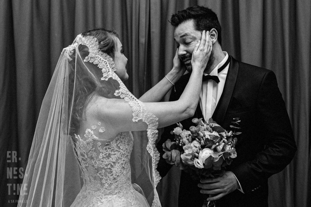 photo de mariage émouvante en noir et blanc d'une mariée et son époux